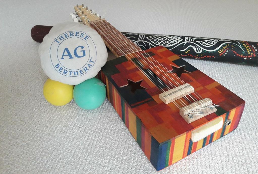 lezione di antiginnastica accompagnata dal suono di uno strumento a corde